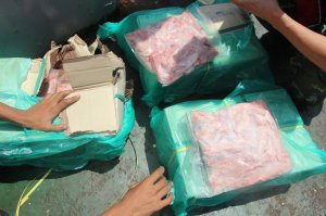 Chinese police officers check cartons of smuggled meat seized during a raid on a boat in Shenzhen city, south China's Guangdong province, 16 September 2016. Maritime police in southern China's Guangdong province have seized 1,000 tonnes of smuggled meat and arrested 16 suspects during a recent raid, local authorities announced Saturday (17 September 2016). The frozen meat was found wrapped in cardboard boxes in three freezers on a boat and was worth more than 80 million yuan (11.9 million U.S. dollars), police said. The suspects were caught in waters off the coastal city of Shenzhen Thursday, according to police. The frozen meat had no quarantine certificates or legal purchase documents, and included beef, ox tripe, chicken wings, drumsticks, oxtongue and chicken feet, from the United States, Brazil and Thailand.
